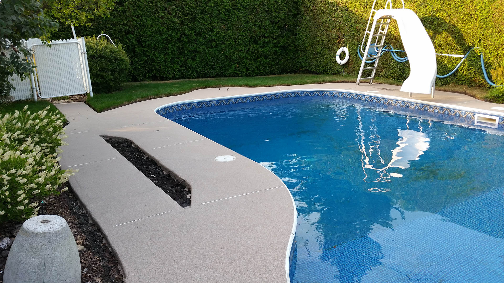 Rev tement de b ton pour contour de piscine rev tement ultra tech - Contour de piscine ...